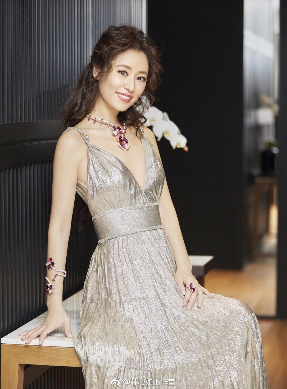 43岁林心如换新发型,公主卷发造型搭配连衣裙,优雅大气又减龄