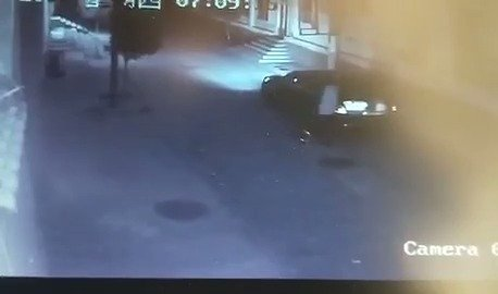 惊魂一分钟!男子强拽过路女孩塞后备箱,挣扎后被甩地上