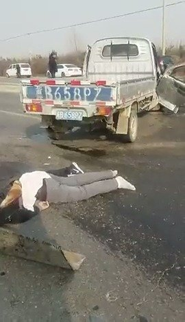 唐山遵化清东陵附近,一辆小货车与一辆黑色私家车相撞