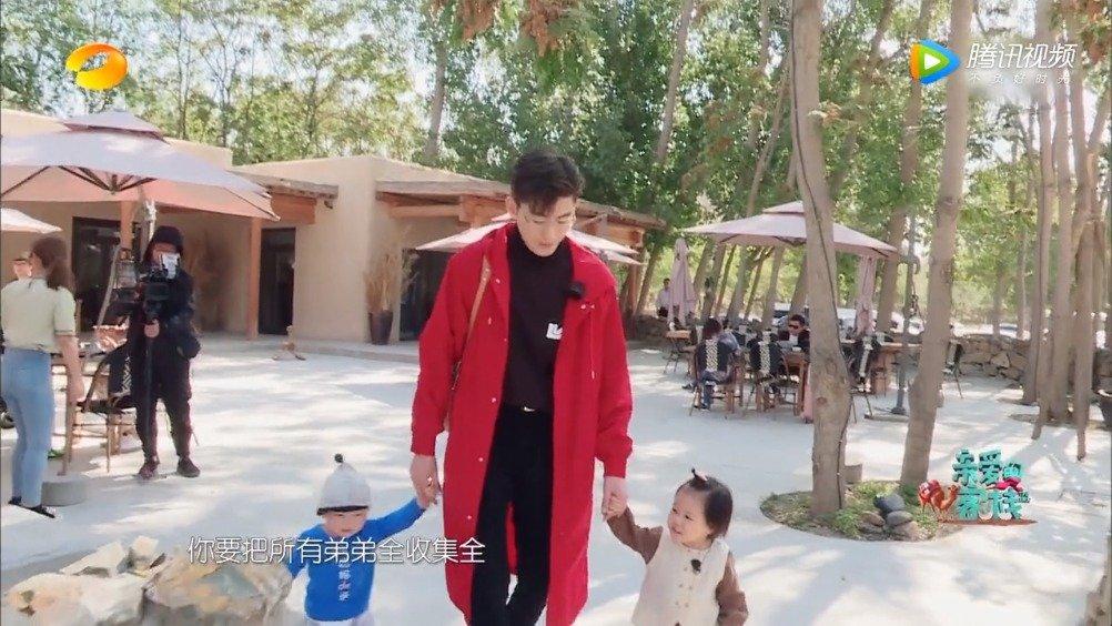 张翰变身奶爸带两娃超暖,吴磊背竹篓爬长城被刘涛安慰