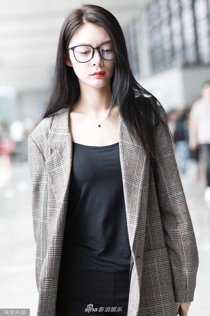 傅菁长发披肩穿小西装超好看 走路带风口红吸睛御姐范