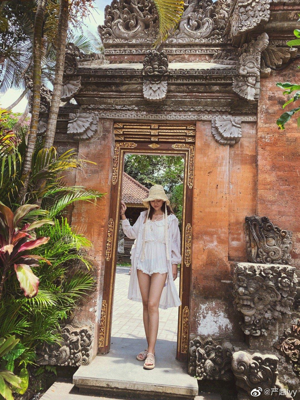 OOTD到巴厘岛乌布啦 地点在乌布皇宫今天比较晒 所有穿了防晒服