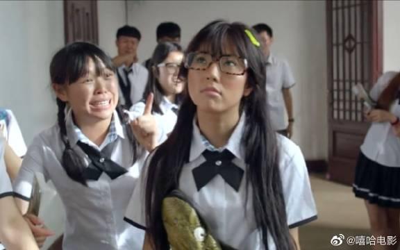 女孩因为太丑被同学们嫌弃,却不想化完妆后,竟然直接秒杀校花