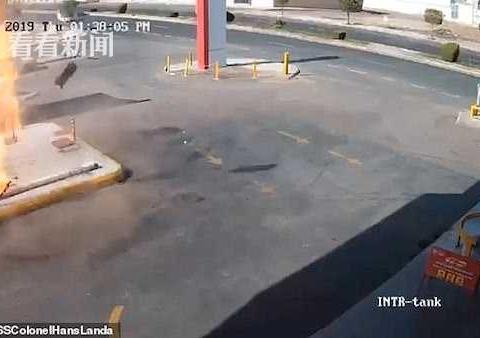 加油站储油箱突然爆炸 火焰瞬间从地面窜出