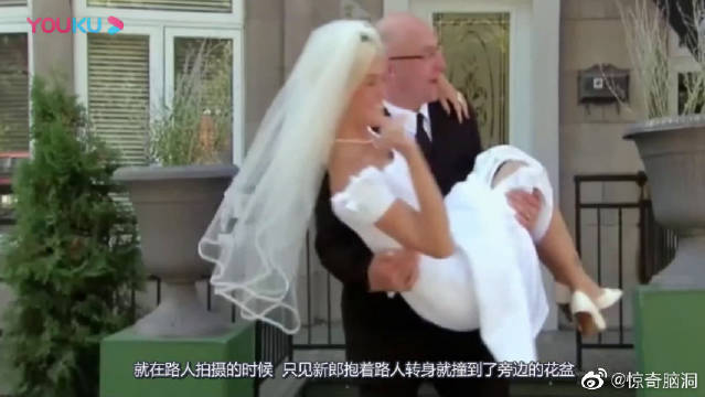 新郎与新娘拍婚纱照,路人却见新娘处处撞头悲剧,看完保证你笑