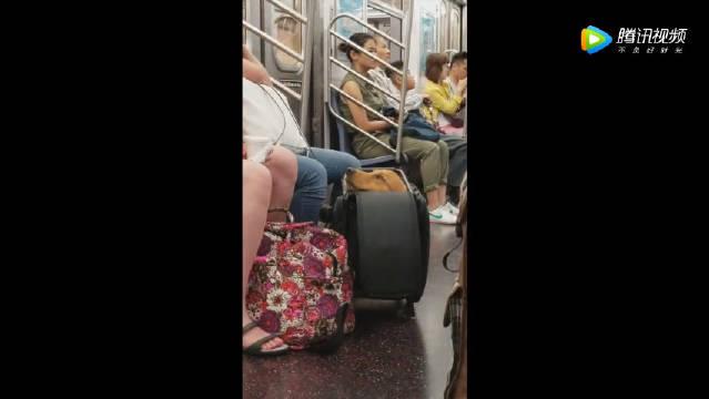 纽约地铁规定:带狗可以,但必须装起来····于是