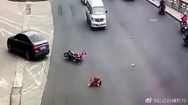 就是这么一起不起眼的车祸,却导致摩托车男子当场死亡