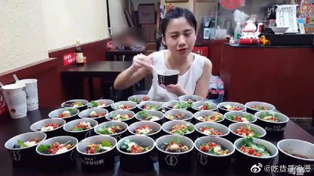 中国大胃王密子君:长沙臭豆腐138片