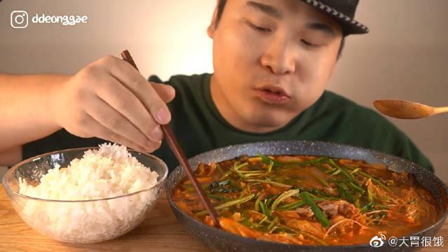 弟弟吃播金正顺辣汤,里面加了鲇鱼!中国很少这么吃鱼吧?