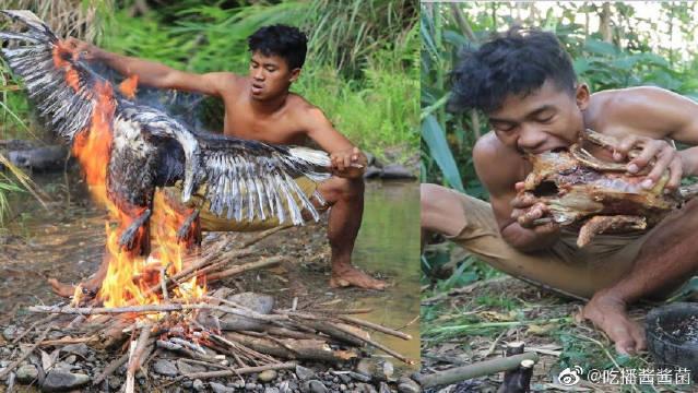 荒野小哥深山里做烤鸭,大口咀嚼,皮焦肉嫩一只不够吃啊