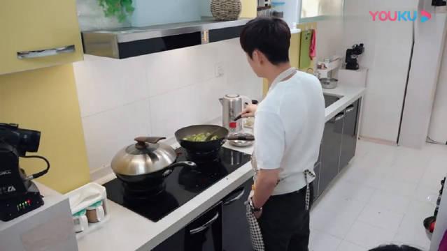 何炅饭菜还要把手插兜,魏大勋的反应真是搞笑!