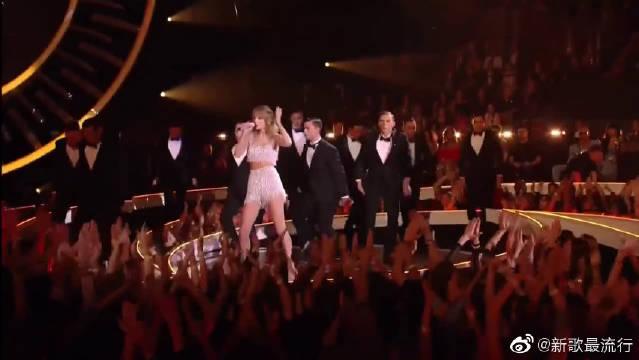 这首歌销量曾超1400万,拿奖拿到手软,忍不住抖腿!