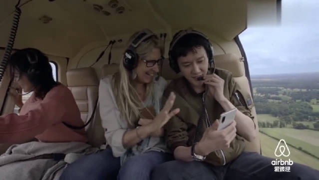 冯绍峰坐直升飞机视频赵丽颖分享风景,满脸甜蜜