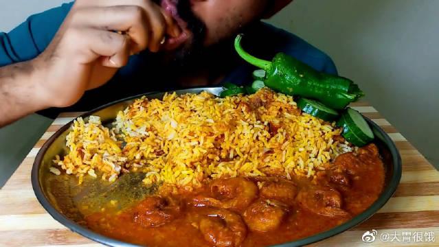 印度叔叔吃播咖喱鸡肉虾、手抓饭、辣椒和黄瓜