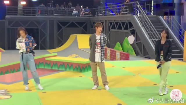 发布会,王一博程潇互相点评玩滑板水平!