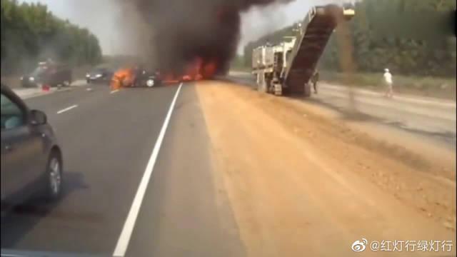 汽车对撞引起惨烈的车祸,旁边装货的货车都吓跑了