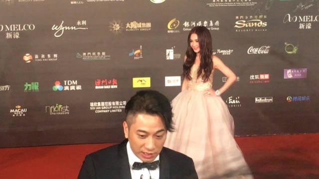 许久不见的 ,熟悉TVB港剧的亲切面孔,背后温碧霞悄悄走过。
