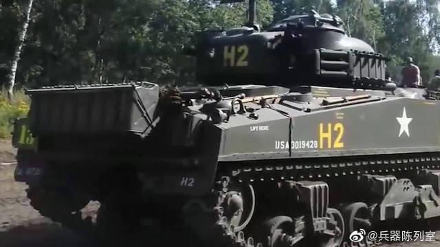 二战谢尔曼坦克装上了推土铲,坦克推土机诞生了。M4中型坦克