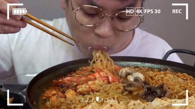 韩国眼镜哥吃播:章鱼豆腐炖拉面,大虾配泡菜