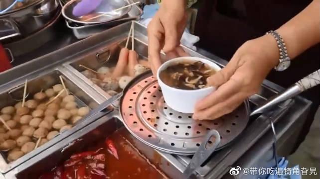 香港元朗的街头小吃摊,来看看你认识这些美味是什么吗?