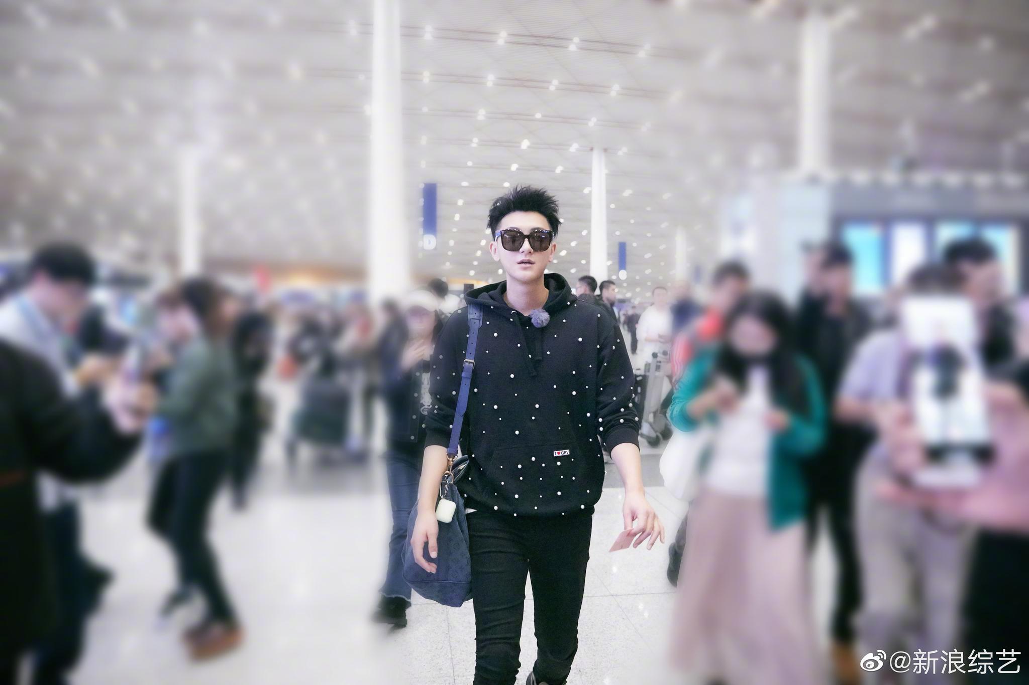 近日,@黄子韬的吴乾 戴着墨镜、身穿珍珠卫衣现身机场,时尚帅气