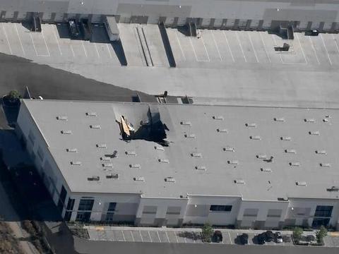 美军机又失事,飞行员安全弹射,战机把仓库砸出一个洞!