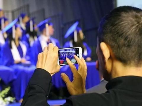 张艺谋出席大儿子毕业典礼,一家5口拍全家福 笑得见牙不见眼