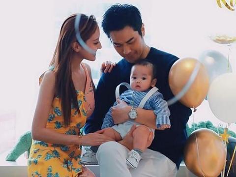 辣妈陈凯琳带5个月儿子出门,她唱歌逗娃开心还和路人礼貌聊天