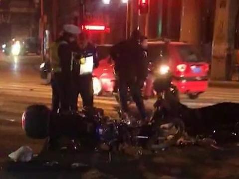 【车祸视频】南部县嘉陵路两摩托车相撞,车主受伤严重,满脸是血