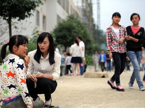 这个6岁女孩为救精神病母亲失去双腿, 18岁笑靥如花!