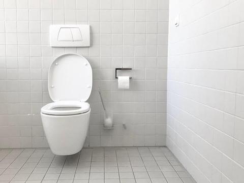 男子如厕感到臀部黏黏糊糊,定睛一看让他大惊失色