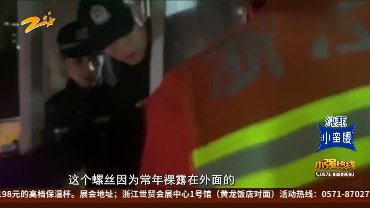 老人坠楼被卡  消防半空营救