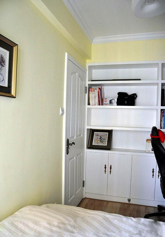 次卧兼书房,榻榻米和衣柜一体,书桌和书柜一体.