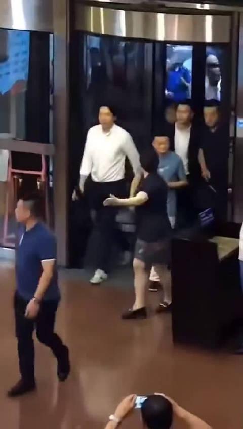 王永康陪马云哈尔滨一起吃冰棍