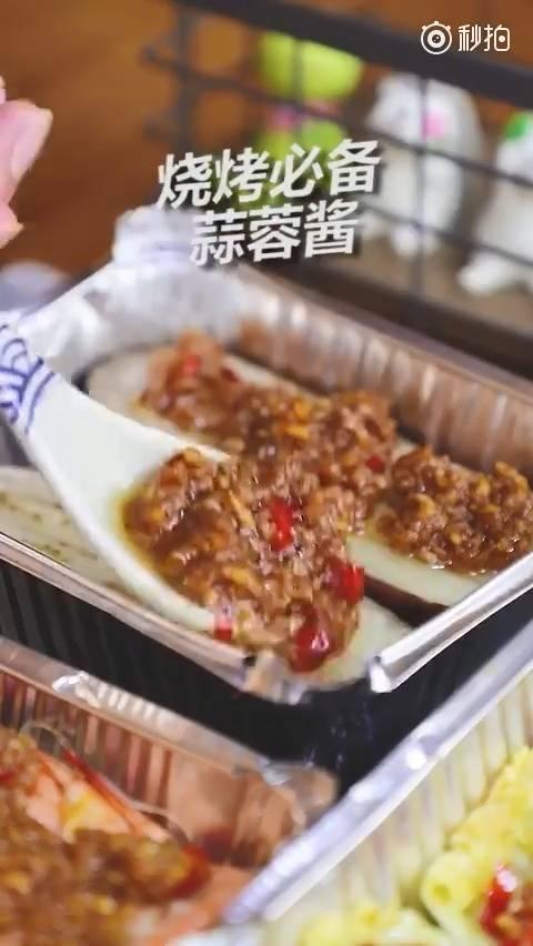 其实也很简单,在家就能做出一样好吃的烧烤,秘诀在于…蒜蓉酱。