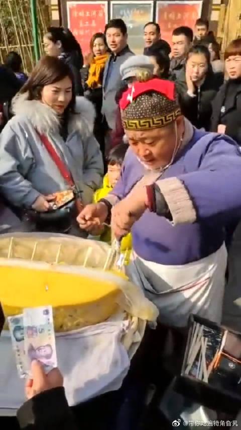 中国街头的美食,武大郎发糕,难怪生意这么火