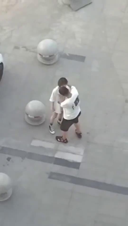 女朋友生气了,男朋友一个动作就让女生消气了。。