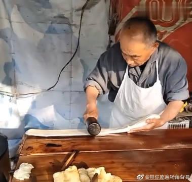 大爷快70岁了,但他做的油条每次一出锅都一抢而空!
