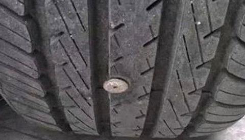 小伙子开车遇到轮胎打滑,下车检查一番,结果把他高兴极了!