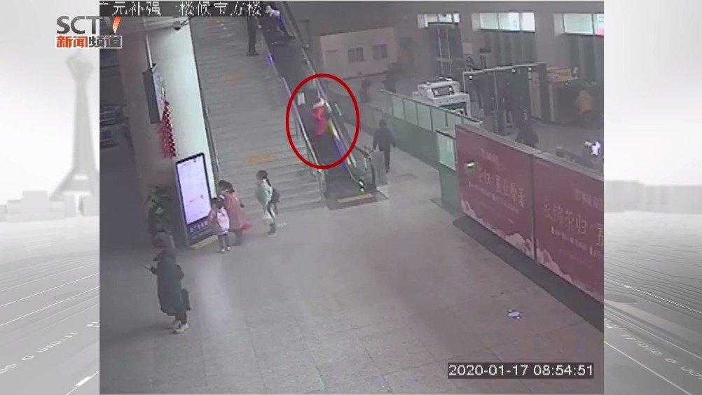 广元 :七旬老人搭乘扶梯不慎摔倒 铁警紧急救助