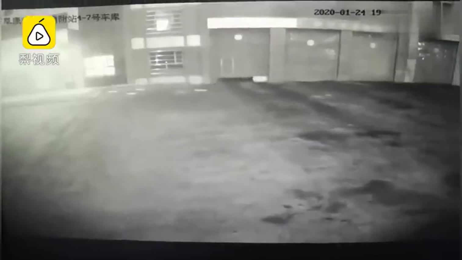 感谢你们每分每秒的守护!,消防队员光速出警跑到模糊