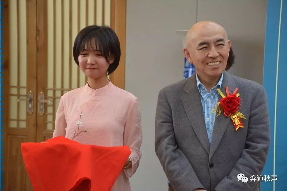 男女第一个围棋世界冠军首次交锋 芮乃伟胜武宫正树笑傲大师赛