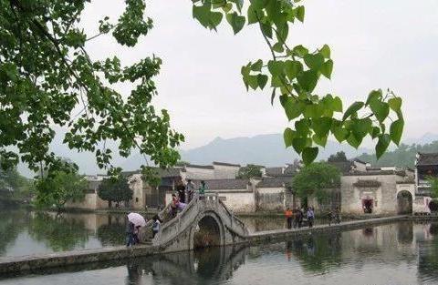 黟县宏村,不仅有凝结了古徽州人智慧的建筑,还有浓厚的文化氛围