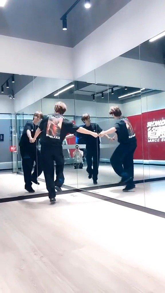 精分患者小猪和自己组队跳广场舞!