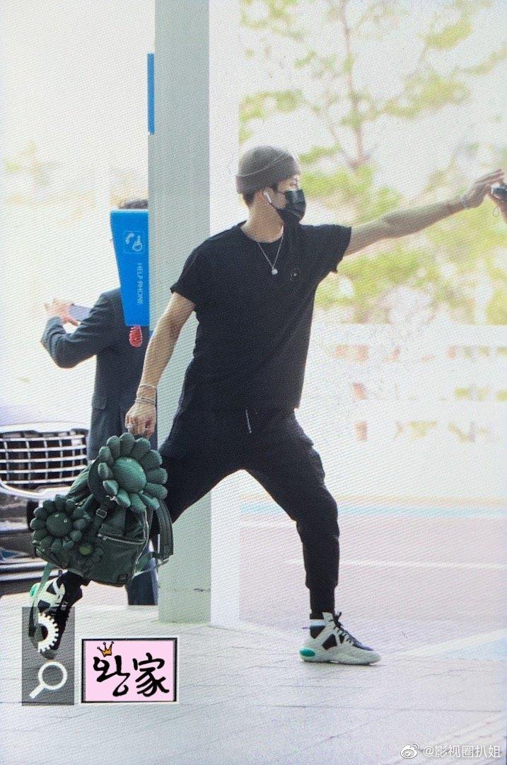 王嘉尔太阳花背包,小朋友就是要背大fafa,绝对是包中之焦点。
