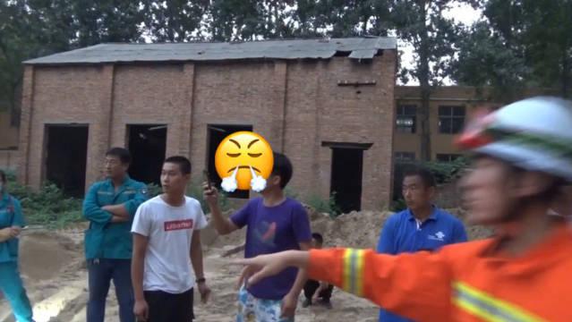 男子触电被困电线杆 家属录视频要求消防员带电救人
