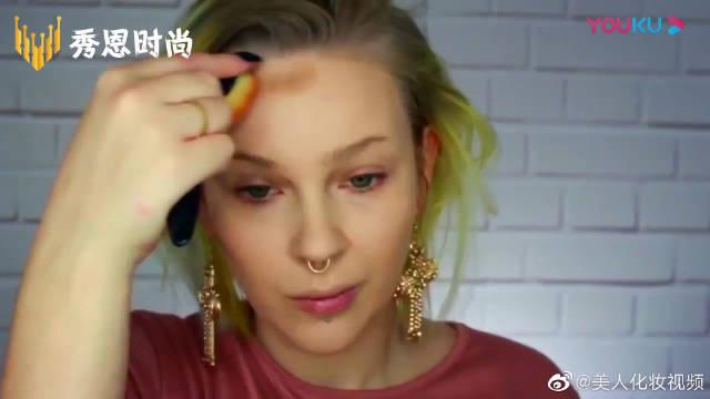 金色和蓝色的碰撞,非常的酷炫,你喜欢这款妆容吗
