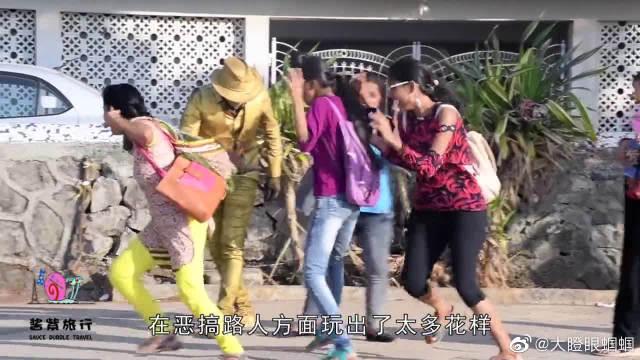 男子假扮金色雕塑,女孩主动靠近触碰,下一秒来不及躲闪