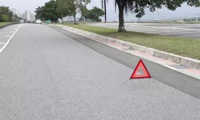 高速路上突遇大暴雨怎么办?老司机教你几招,关键时刻能保命!