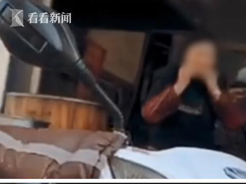 店员啃完肉把骨头扔回锅煮 店家:已开除